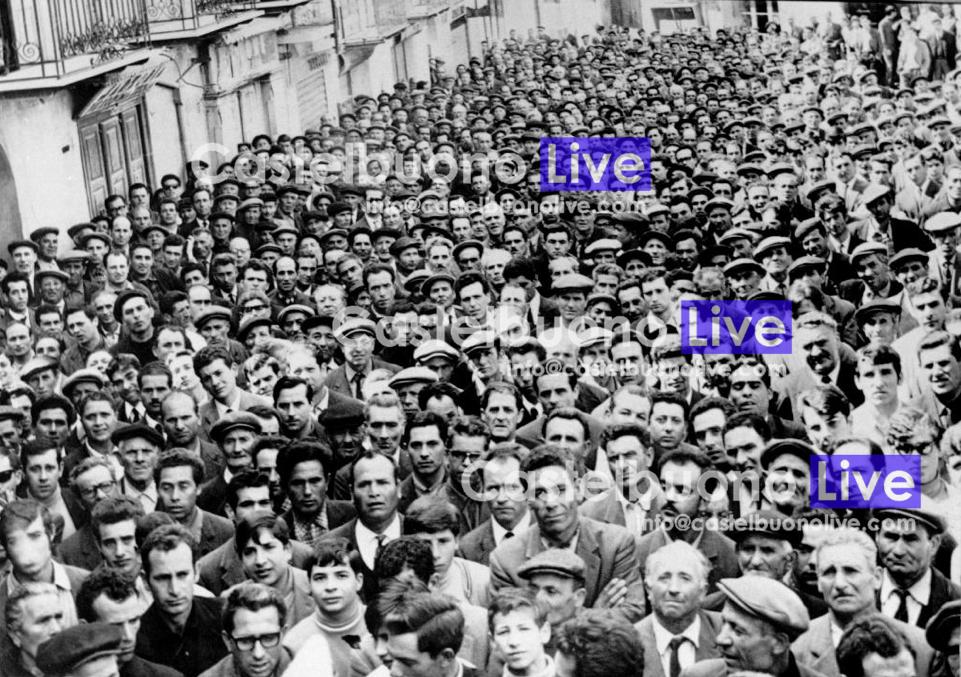Foto 12 Pubblico a perdita d'occhio per questa manifestazione sindacale dei primi anni '60 (Foto Mazzola).