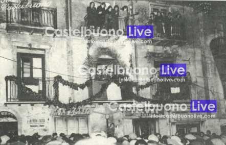 Foto 14 Cucco Parla dal balcone di casa Speciale la domenica delle palme 1949 (Arch. Le Madonie).