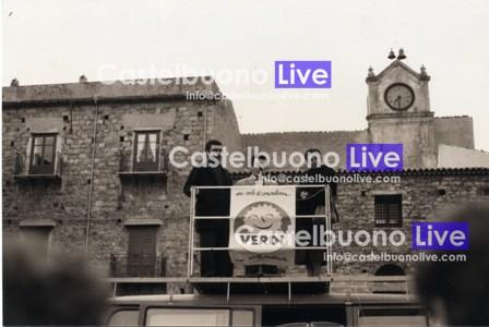 Foto 16 Lucio Spallino e Rosanna Pirajno chiudono la campagna elettorale per le amministrative del 1990 sul Volkswagen Bulli di Momò. Fino al 1993 il palco fu montato sempre davanti alla fontana.
