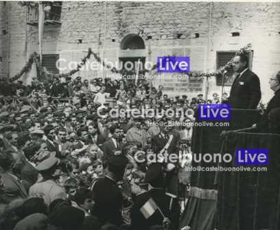 Foto 18 24 Aprile 1960, Comizio patriottico in occasione del centenario della liberazione borbonica. Dal portico della Matrice vecchia solennemente addobbato parla l'on. Alfredo Cucco (Foto Puccia)