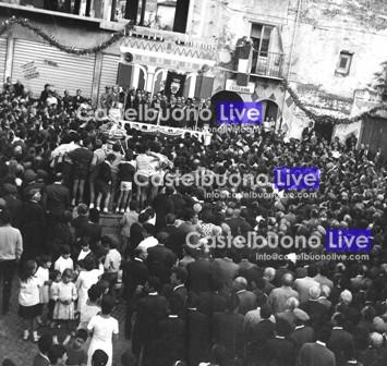 Foto 20 Pochi giorni dopo l'elezione a Presidente della Regione, Vincenzo Carollo ringrazia i suoi concittadini nella sua Piazzetta (Foto Mazzola)