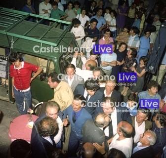 Foto 4 Il leggendario Volkswagen Bulli di Momò nel 1980 in Piazza Margherita prima di un comizio dell'on. D'Acquisto