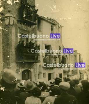 Foto 8 Comizio socialista il giorno di ferragosto 1913, con le braccia alzate Aurelio Drago, alla sua destra il sindaco Mariano Raimondi.