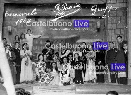 foto 10 Storica fotografia scattata sul palcoscenico del vecchio Teatro nel corso dell_ultimo veglione che vi si tenne, nel 1948 ritrae i membri del Gruppo X.