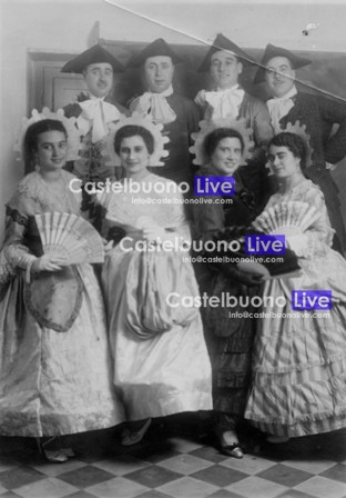 foto 13. Esponenti di famiglie aristocratiche castelbuonesi in costume in occasione di un Veglione di Carnevale