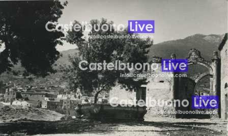 foto 4 La Porta e la fontana in una foto del 1949. Il fastigio troneggia sulla volta crollata
