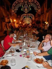 Le foto della tavolata record di Castelbuono: centosessanta metri di bontà