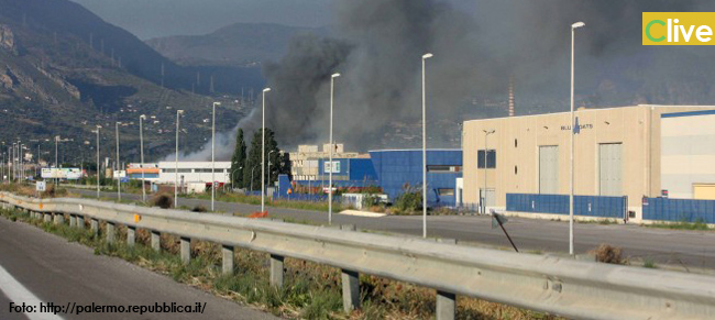 Termini, a fuoco due capannoni: paura per la nube di fumo