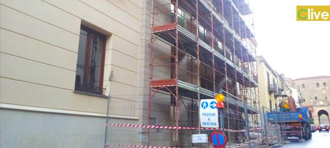 Avviata la rimozione della piastrelle dalla facciata della Casa Comunale di Castelbuono