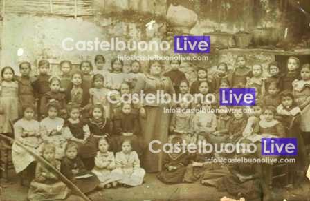 Una Gna maistra di fine Ottocento con i suoi scolari in una foto scattata nel Cortile della Badia.