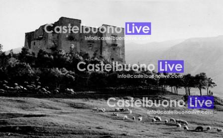 Questa foto di Tano Ventimiglia del 1949 ritrae la zona dietro il castello dove qualche decennio dopo u zzu Vanni fece di tutta l'erba un fascio