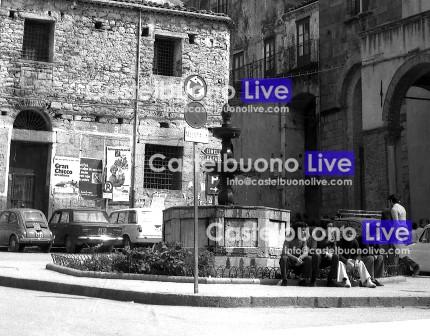 La fontana di Piazza Margherita nella versione, che durò dai primi anni '60 al 1985, con l'aiuola e la ringhiera bassa.