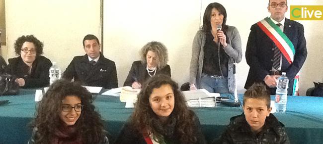 """Castelbuono. Dopo """"l'incidente di percorso"""" del 19 marzo, si è insediato il Consiglio Comunale dei ragazzi. Emilia Failla è il mini Sindaco"""
