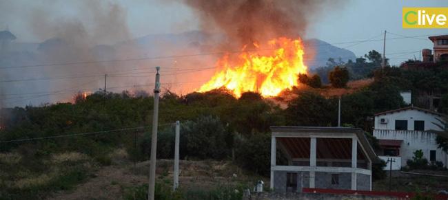 Spaventoso incendio tra Campofelice e Collesano. Le foto