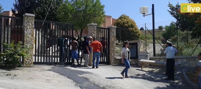 Castellana Sicula. Protestano i rifugiati politici per ottenere il permesso di soggiorno. Si barricano nella struttura d'accoglienza ed occupano la Statale 120.  Disordini anche a Petralia Sottana e Blufi