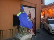 Castelbuono: goliardia al Monumento del Giro Podistico. La statua indossa una felpa sportiva