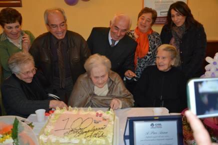 Anna Piro con la torta