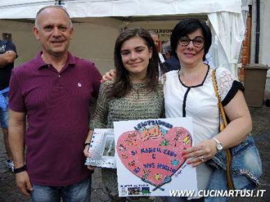 Giorgia Piro con i genitori ed il logo del BenEssere